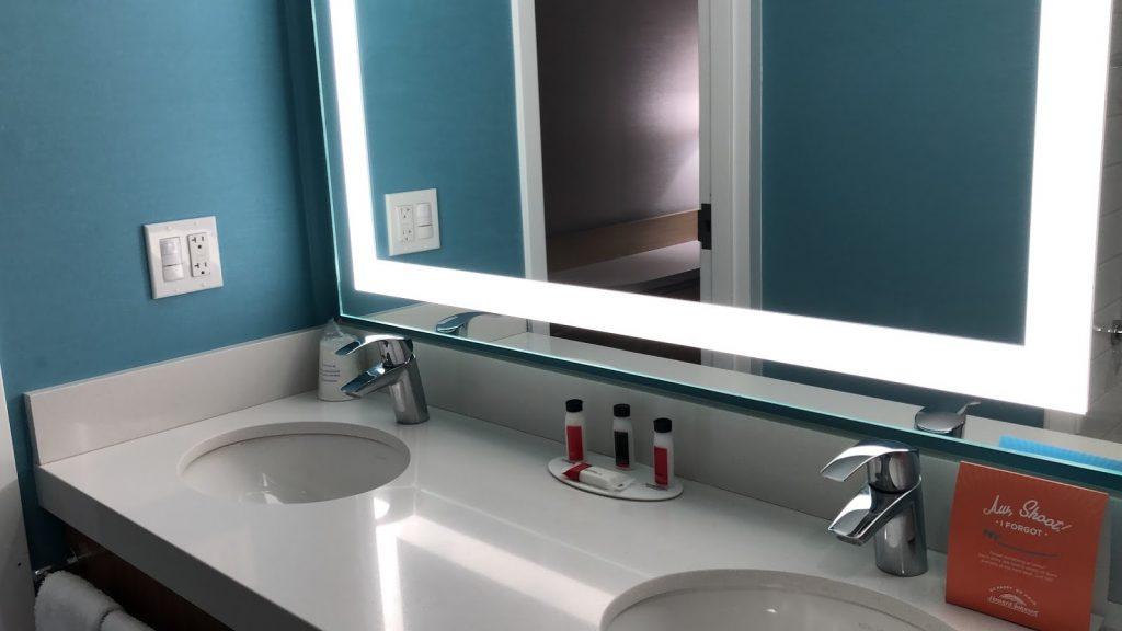 Howard Johnson Anaheim hotel room bathroom